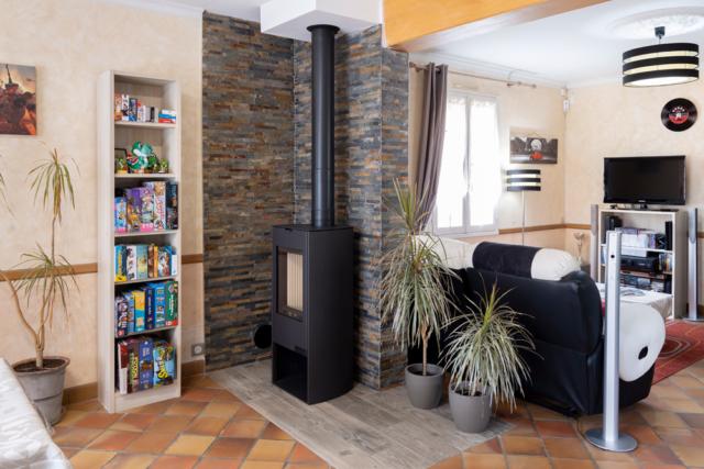 BF Carrelage : îlot pour poêle à bois dans salon
