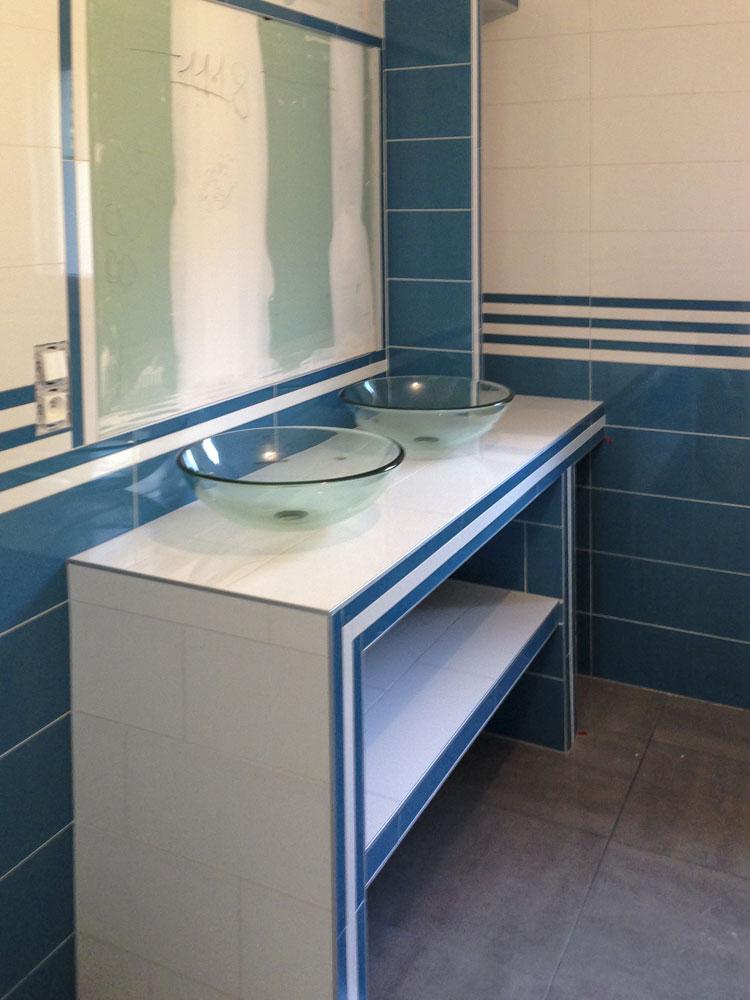 meuble sur mesure double vasque, étagères en verre, compartiment bac à linge, finition baguettes alu