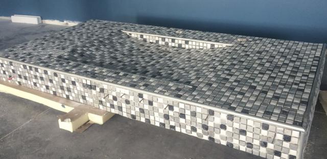 réalisation d'un évier en mosaïque de 1x1, finition baguettes alu